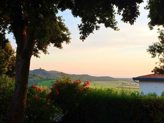 Villa Le Luci Bed & Breakfast: A Tuscan sunset in the garden
