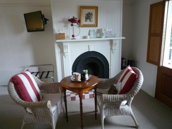 La Perouse Lorne: Table in room
