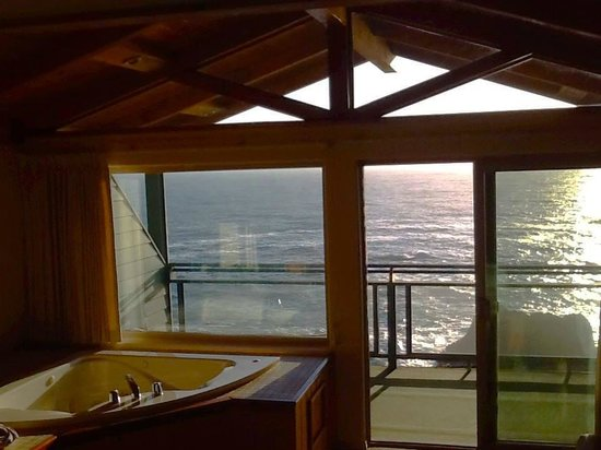 Inn of the Lost Coast : Jacuzzi with a view