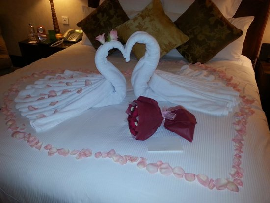 """Mandarin Oriental, Kuala Lumpur : """"Love Birds"""" our welcome to our room"""