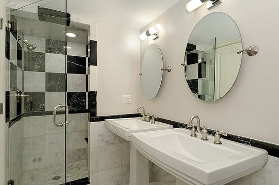 Little Red Ski Haus : Double Sink Marble Bath