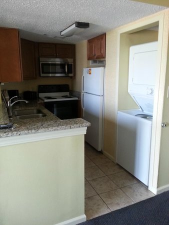 The Breakers Resort : kitchen area and washer and dryer