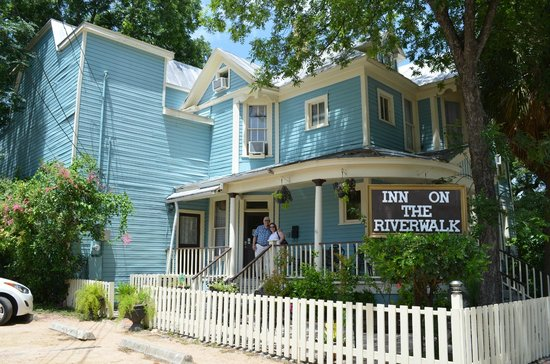 Inn on the Riverwalk : View of the Inn from the street.