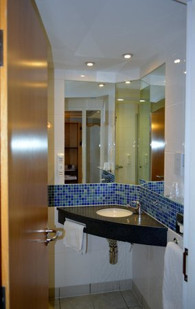 Holiday Inn Express Cardiff Airport : the bath & toilet are behind the door