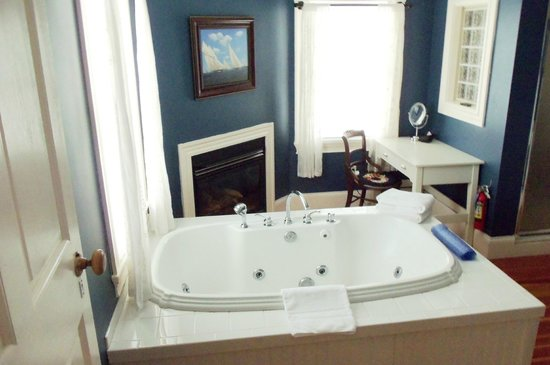 Chapman Cottage: Lovely Bathroom w/Fireplace