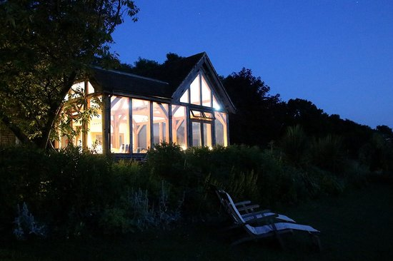 Alkham Court Farmhouse : Common room and garden at night