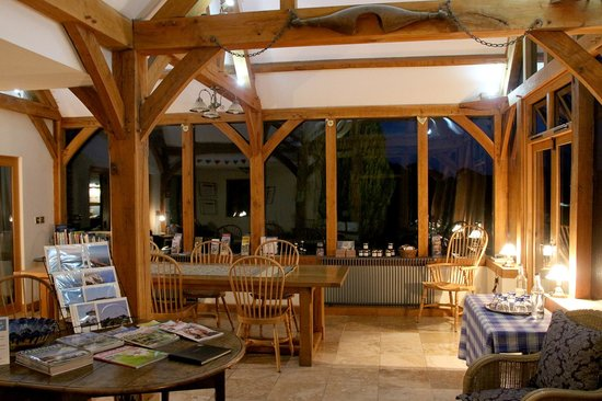 Alkham Court Farmhouse: Morning view of the common (breakfast) room