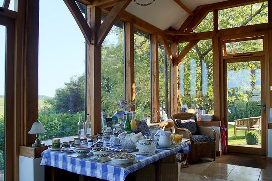 Alkham Court Farmhouse: Some of the abundant offerings for breakfast (muesli, fresh berries, fresh and locally produced