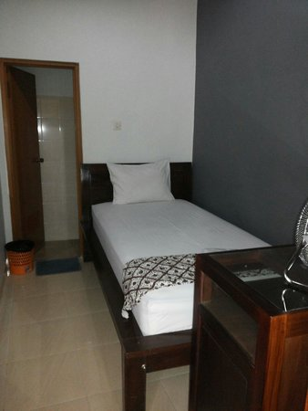 Ndalem Suratin Guesthouse: Chrysan single private bathroom rp. 128.000