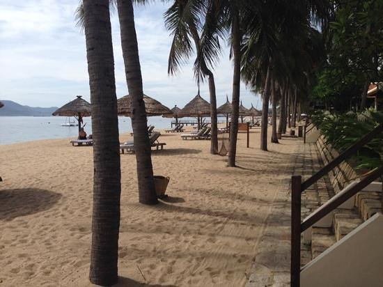 Evason Ana Mandara Nha Trang : looking down the resort beach from the steps leading to our suite