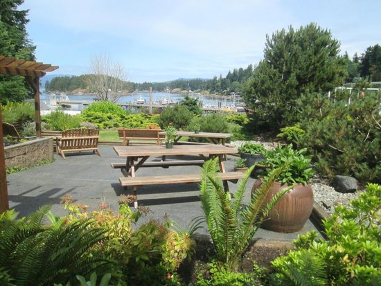 Whiskey Point Resort : Picnic tables in the front