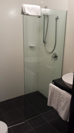 Fiordland Hotel/Motel: Renovated bathroom room 113