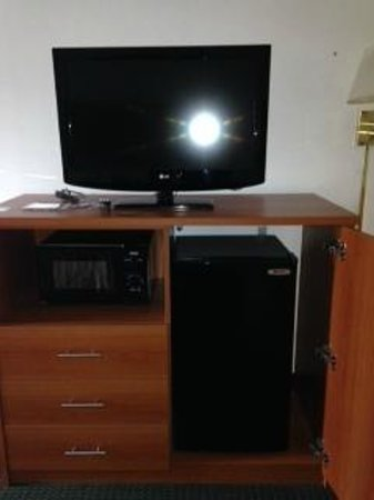 Ramada Pearl/Jackson Airport: TV with Refer and Microwave