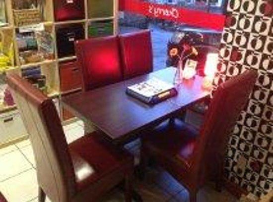Cherry's Cafe: Plush surroundings