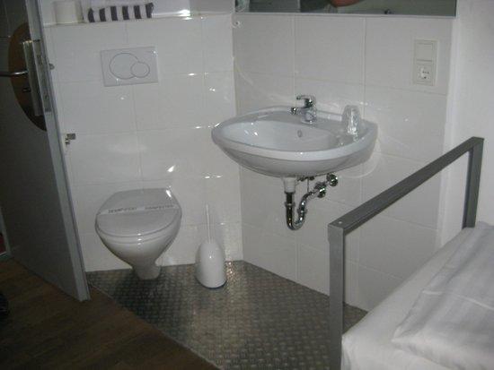 Alcatraz Hotel am Japanischen Garten: Sink and toilet in corner of room