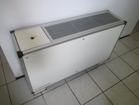Marina Park Hotel : Dated air conditioner unit