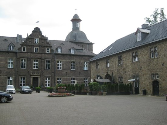 Schlosshotel Hugenpoet: front of building with view of one of the stables