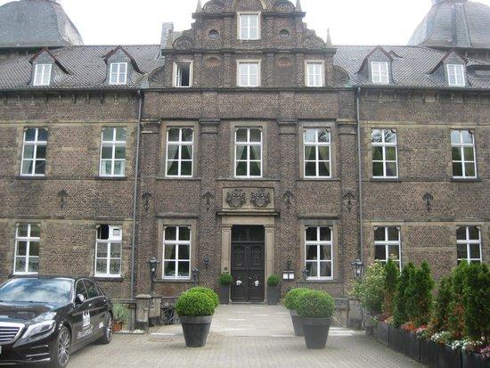 Schlosshotel Hugenpoet: front view of hotel