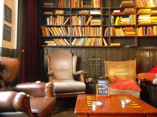 Flying Pig Downtown: Area de descanso , libreria y zona fumadores