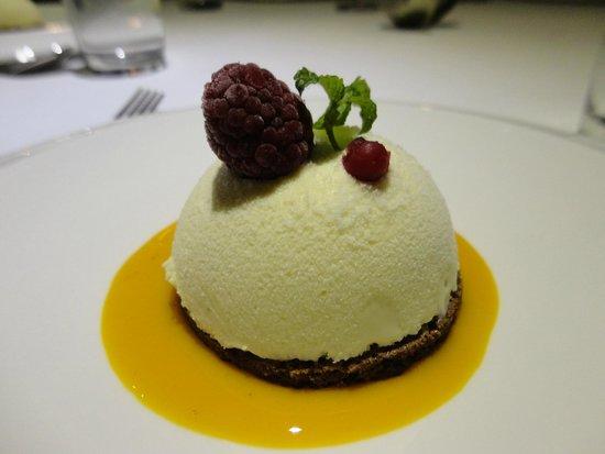 Butterfly: primeira sobremesa musse de chocolate branco com capaccio de maracujá e um crocante de chocolate