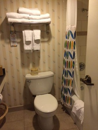 Disney's Paradise Pier Hotel : spacious bathroom