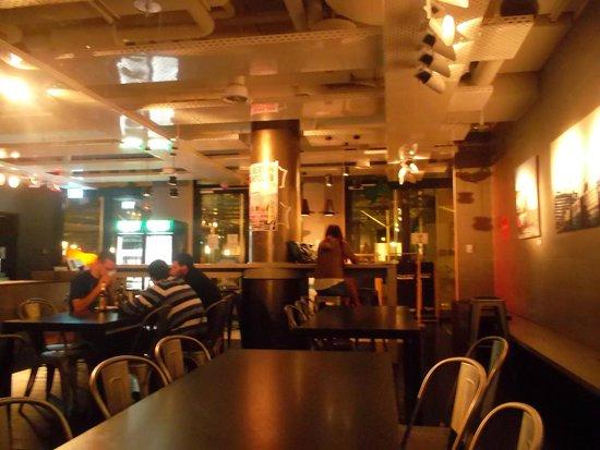 ONE80 Hostels Berlin : Excelente bar comedor