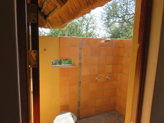 Toro Yaka Bush Lodge : Outdoor Shower