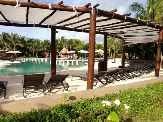 Catalonia Playa Maroma: pool and the lounge chairs under a canopy