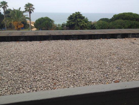 Alfamar Hotel: Terrasse mit alle Arten Müll die man sich vorstellen kann...