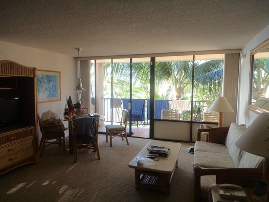 Kahana Beach Resort: Living room and balcony with towels (sorry)