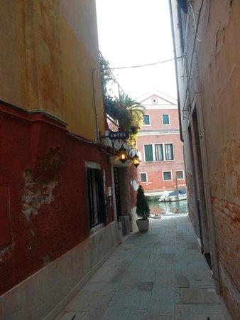 Hotel Dalla Mora: Acceso al hotel