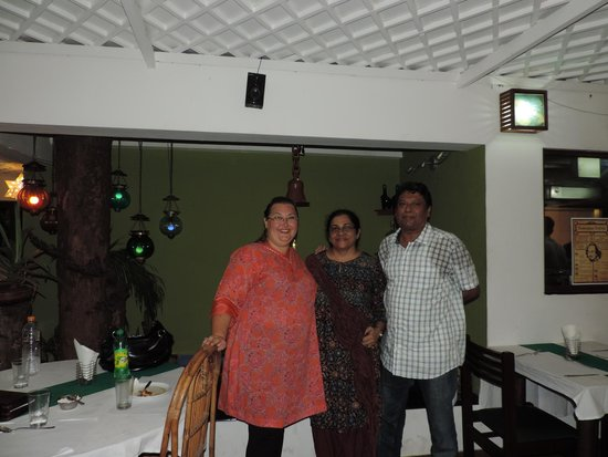 Noah's Ark Homestay: With Diana and Jerry enjoying a local restaurant