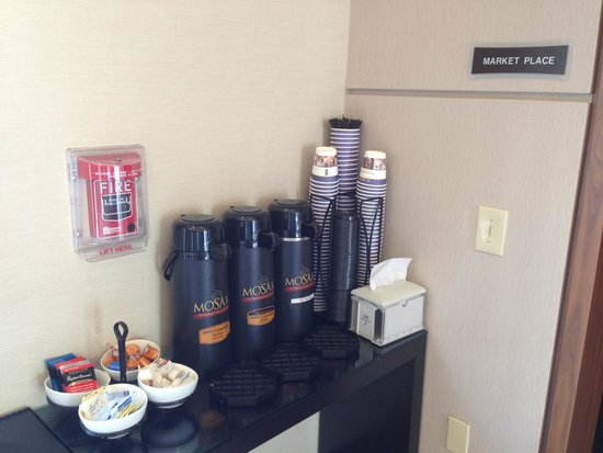 BEST WESTERN PREMIER Miami International Airport Hotel & Suites: Free coffee served at reception