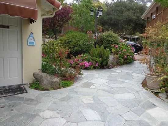 Vendange Carmel Inn & Suites: Garden near main door