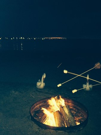 Clearwater Lakeshore Motel: Campfire by the lake