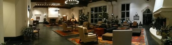 La Cantera Resort & Spa: Lobby with book end fireplaces