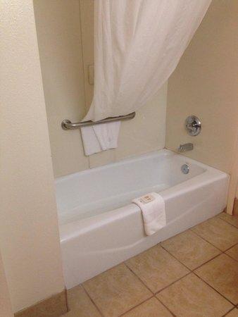 Ramada Tulsa: Bathtub