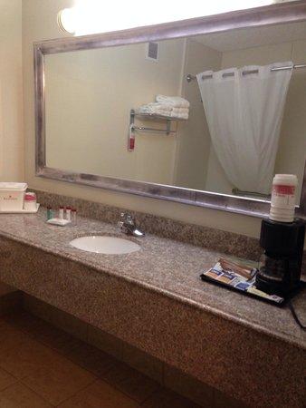 Ramada Tulsa: Bathroom sink and the coffeemaker ��