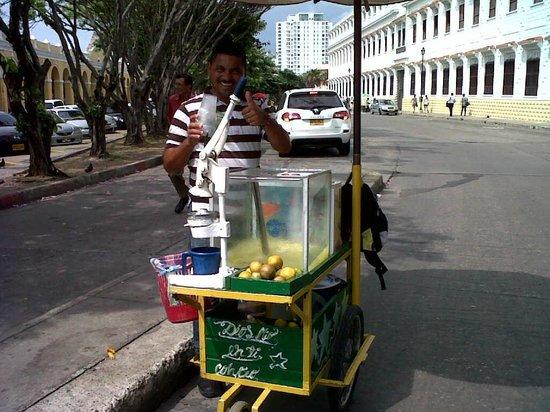 Las Bóvedas : vendedor de suco de laranja com limão