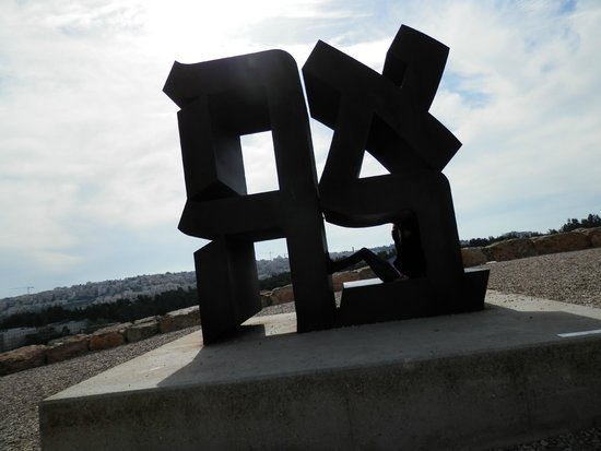 Musée d'Israël : Robert Indiana's Love sculpture in Hebrew at The Israel Museum