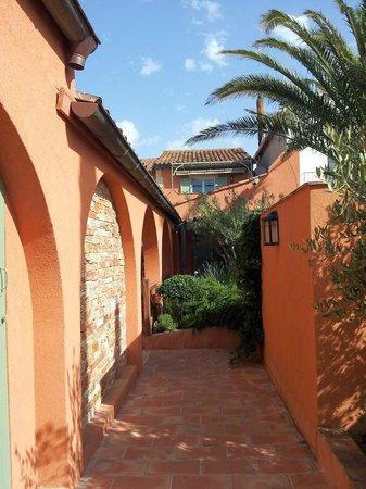 Hotel Le Mouillage : Walkway