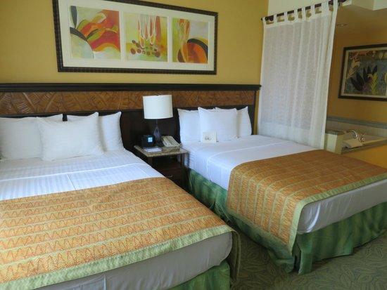 Grand Waikikian by Hilton Grand Vacations: ベッドルーム。カーテンの奥がバスタブ。