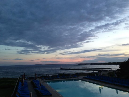 Colony Hotel: Sunset over pool