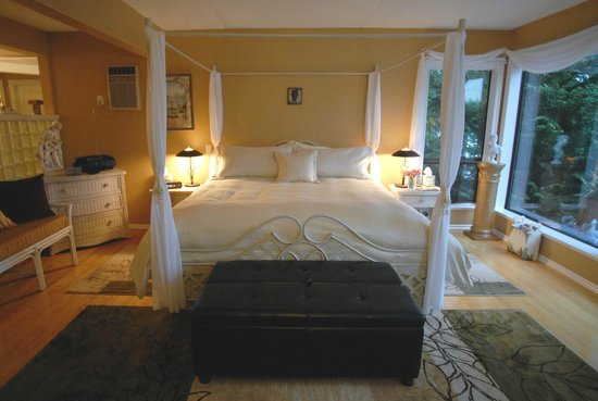 Long Lake Waterfront B&B: Madrona honeymoon suite