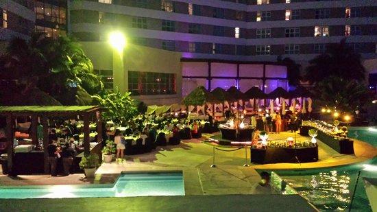 ME Cancun: en la noche cena buffet