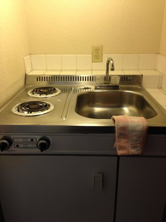 Rodeway Inn: mini-stove with refrigerator under the sink/stove unit (bring kitchen things which are not inclu