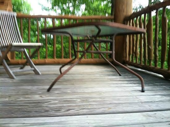 Cobbly Nob Rentals: The table was broken on the back deck, good thing we ate out