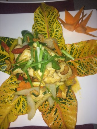 Bussaba Thai Restaurant: No recuerdo el nombre del plato, pero estaba muy bueno, llevaba pollo...