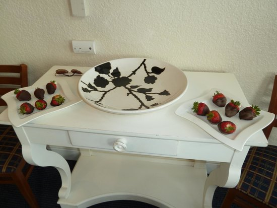 Blue Harbor Resort: Celebratory Chocolate Covered Strawberries