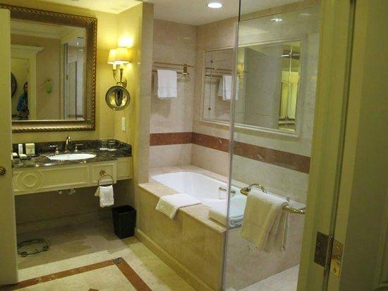 The Venetian Macao Resort Hotel: bath area